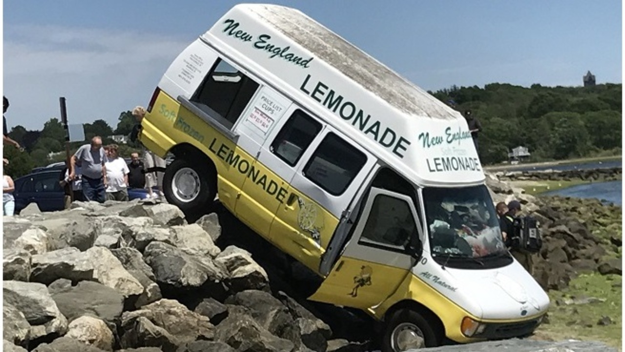 Lemonade truck crashes at Oakland Beach in Warwick